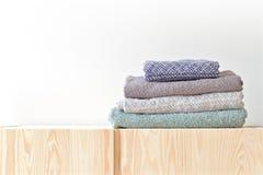 Stapel handdoeken in een kast stock afbeelding afbeelding