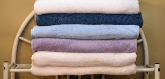 Gevouwen handdoeken op rek Stock Foto's