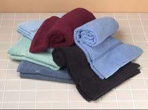 Gevouwen handdoeken op tegelachtergrond Stock Foto's