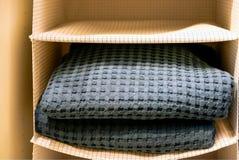 Gevouwen handdoeken, wafelrobes, badjassen op de plank van de garderobe in het hotel Het stilleven van het kuuroord royalty-vrije stock afbeelding