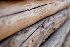 Gevouwen houten bruine en grijze planken in een zaagmolen Opgestapelde elsraad als textuur royalty-vrije stock fotografie