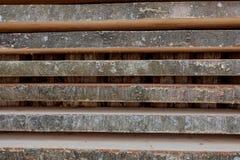 Gevouwen houten bruine en grijze planken in een zaagmolen Opgestapelde elsraad als textuur stock foto's
