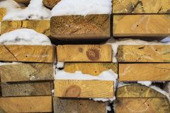 Gevouwen houten bruine en grijze planken in een zaagmolen Opgestapelde elsraad als textuur royalty-vrije stock afbeelding