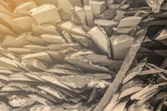 Gevouwen houten bruine en grijze planken in een zaagmolen Opgestapelde elsraad als textuur stock afbeeldingen