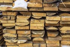 Gevouwen houten bruine en grijze planken in een zaagmolen Opgestapelde elsraad als textuur royalty-vrije stock afbeeldingen