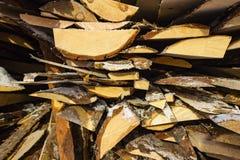 Gevouwen houten bruine en grijze planken in een zaagmolen Opgestapelde elsraad als textuur stock foto