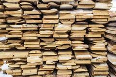 Gevouwen houten bruine en grijze planken in een zaagmolen Opgestapelde elsraad als textuur royalty-vrije stock foto's