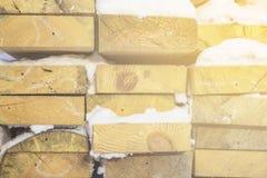 Gevouwen houten bruine en grijze planken in een zaagmolen Opgestapelde elsraad als textuur stock fotografie