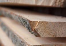 Gevouwen houten planken in een zaagmolen Opgestapelde raad als textuur stock fotografie