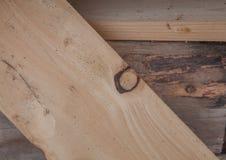 Gevouwen houten planken in een zaagmolen Opgestapelde raad als textuur royalty-vrije stock afbeelding