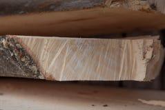 Gevouwen houten planken in een zaagmolen Opgestapelde raad als textuur royalty-vrije stock afbeeldingen