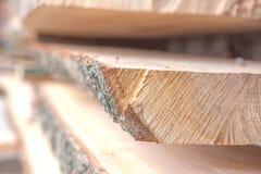 Gevouwen houten planken in een zaagmolen Opgestapelde raad als textuur stock foto's