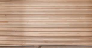 Gevouwen houten voering in een zaagmolen Opgestapelde elsraad als textuur stock afbeeldingen