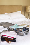 Gevouwen Kleren en Ingepakte Koffer op Bed Royalty-vrije Stock Afbeelding