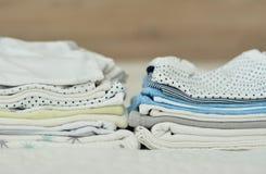 Gevouwen kleren voor een pasgeboren jongen stock foto's