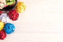 Gevouwen kleurendocumenten en bureaubak Royalty-vrije Stock Foto