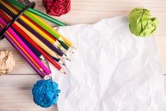 Gevouwen kleurendocumenten potloden en bureaubak Royalty-vrije Stock Fotografie