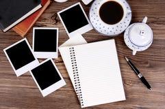 Gevouwen spiraalvormig notitieboekje met koffie en fotodrukken Stock Afbeelding