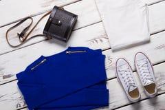 Gevouwen sweater en witte schoenen Royalty-vrije Stock Foto's