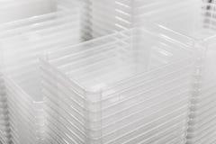 Gevouwen transparante plastic containersdozen bij opslag stock foto