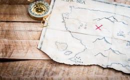 Gevouwen Uitstekende valse kaart van abstract eiland en rood kruis van Schatborst op houten lijst Stock Fotografie