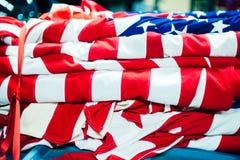 Gevouwen verfrommelde Amerikaanse rode witte vlag de V.S. stock afbeeldingen