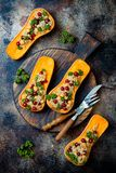 Gevuld die butternut plet met kekers, Amerikaanse veenbessen, quinoa in notemuskaat, kruidnagels, kaneel wordt gekookt Het recept royalty-vrije stock fotografie
