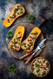 Gevuld die butternut plet met kekers, Amerikaanse veenbessen, quinoa in notemuskaat, kruidnagels, kaneel wordt gekookt Het recept royalty-vrije stock foto's