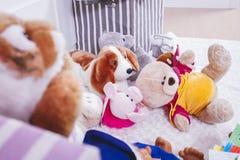 Gevuld dierlijk speelgoed in binnenlandse ruimte Royalty-vrije Stock Afbeeldingen