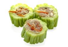 Gevuld fijngehakt varkensvlees met gesneden bittere komkommer, gevulde bitter stock foto