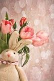 Gevuld konijn met tulpen voor Pasen Stock Afbeelding