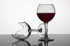 Gevuld met een glas wijn en gebroken wijnglas met rode wijn royalty-vrije stock afbeelding