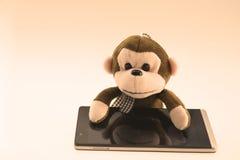 Gevulde aap met een uitstekende telefoon Stock Foto