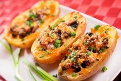 Gevulde aardappel met kip en spinazie stock foto's