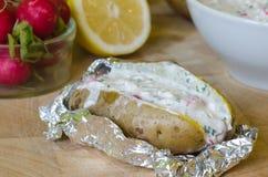 Gevulde aardappel met yoghurt, radijs en citroen Stock Fotografie