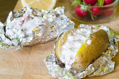 Gevulde aardappels met yoghurt, radijs en citroen Royalty-vrije Stock Fotografie