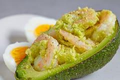 Gevulde avocado met knoflookgarnalen royalty-vrije stock fotografie
