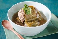Gevulde bittere pompoen met fijngehakt varkensvlees in duidelijke soep Stock Foto