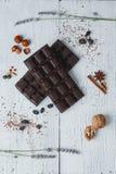 Gevulde de chocoladereep ligt op oude houten lijst met gebarsten verf Royalty-vrije Stock Afbeelding