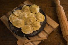 Gevulde deegwaren met zalm en kaas op een zwarte steenplaat stock afbeeldingen