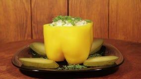 Gevulde die groene paprika's met rijst op de houten achtergrond worden gevuld stock footage