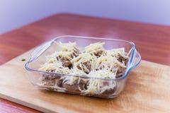 Gevulde die paddestoelenchampignons met kaas in de oven wordt gekookt stock fotografie