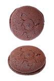 gevulde donkere die chocoladekoekjes op wit worden geïsoleerd Stock Foto's