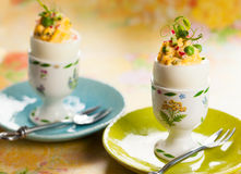 Gevulde eieren in eierdopjes Stock Fotografie