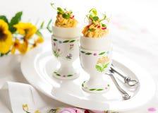 Gevulde eieren in eierdopjes Royalty-vrije Stock Fotografie