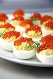 Gevulde eieren met rode kaviaar Stock Foto
