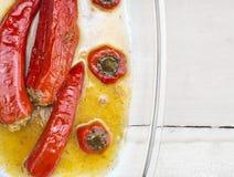 Gevulde fijngehakte rode groene paprika, paprika, gele saus, in transparante Kom Stock Foto's