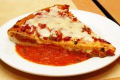 Gevulde Italiaanse pizza royalty-vrije stock foto's