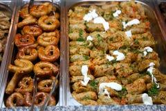 Gevulde koolbroodjes en worst Royalty-vrije Stock Fotografie