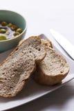 Gevulde olijven en vers brood Stock Foto